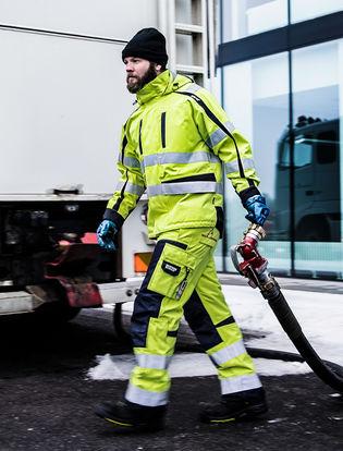 Oliearbejder i brandhæmmende arbejdstøj