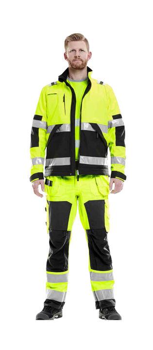 Håndværker i klasse 1 arbejdsbukser med høj synlighed og arbejdsjakke med høj synlighed