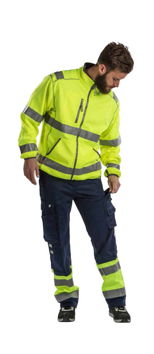 Fragtmand i arbejdstøj med høj synlighed - her arbejdsbukser klasse 1 og arbejdsjakke klasse 3