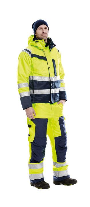 Mand i arbejdsbukser samt arbejdsjakke med høj synlighed begge certificeret til klasse 3