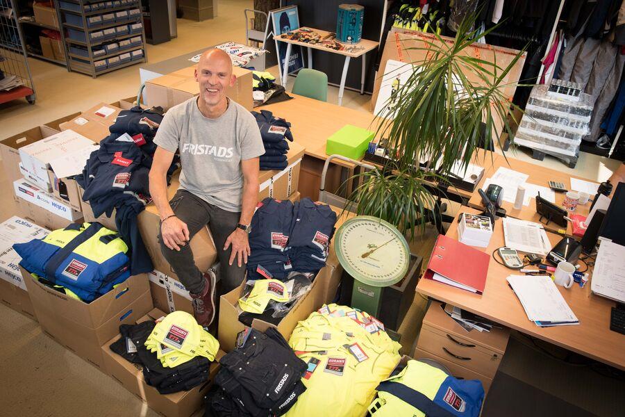 Huub Kools tussen de kleding van team Steylaerts-777