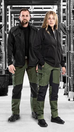 Man en vrouw in service kleding