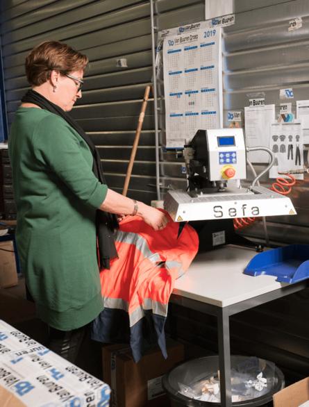 Monique bedrukt werkkleding met Van Buuren logo