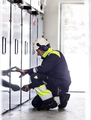 Werkende elektricien in vlamvertragende werkkleding