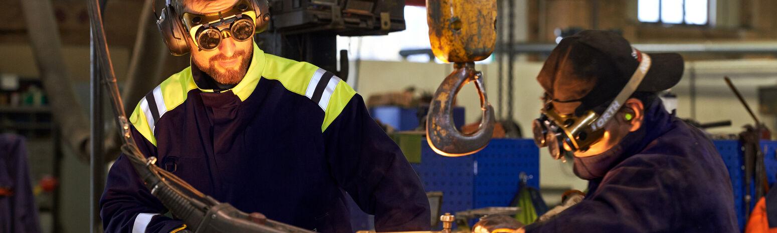 Professionals aan het werk in vlamvertragende werkkleding
