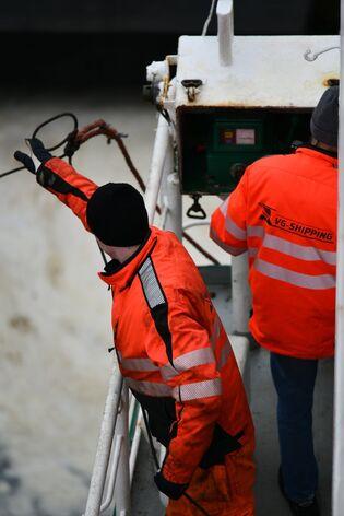 Merimies laivahommissa