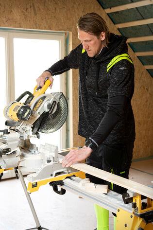 Sportieve man in sportieve werkkleding